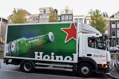 Camión de reparto de Heineken en el centro de Amsterdam imágenes de archivo libres de regalías