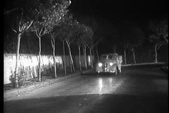 Camión de reparto que apresura abajo del camino abandonado en la noche almacen de metraje de vídeo