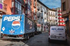 Camión de reparto que entrega bebidas a las barras de la ciudad imagenes de archivo
