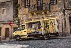 Camión de reparto que entrega bebidas a las barras de la ciudad fotografía de archivo