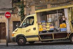 Camión de reparto que entrega bebidas a las barras de la ciudad imagen de archivo libre de regalías