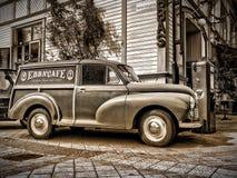 Camión de reparto retro de B/W Morris Minor fuera del ` s Café de Ebba en la Ã-tierra Suecia de Borgholm imagen de archivo libre de regalías