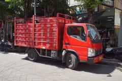 Camión de reparto rojo de la cerveza de Bintang imagenes de archivo