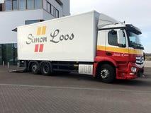 Camión de reparto de Simon Loos Mercedes Benz imagenes de archivo
