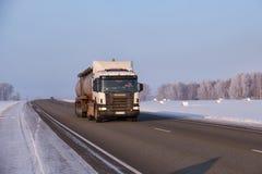 Camión de Scania en zona del camino M52 Chuysky en la estación del invierno Foto de archivo