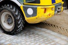 Camión de trabajo en el sitio de la construcción de carreteras Fotos de archivo