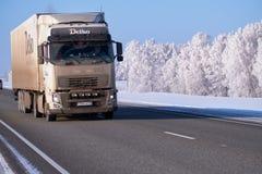Camión de Volvo en zona del camino M52 Chuysky en la estación del invierno Fotos de archivo