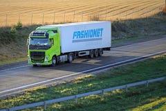 Camión de Volvo FH del verde lima semi en la autopista imagenes de archivo