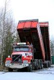 Camión de Volvo N12 con los remolques de la caja de la descarga para arriba Foto de archivo