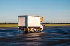 Camión del abastecimiento del aeropuerto Fotos de archivo