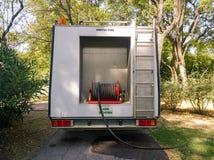Camión del abastecimiento de agua en un parque Imagen de archivo