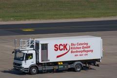 Camión del abastecimiento en el aeropuerto de Berlín Tegel Fotografía de archivo