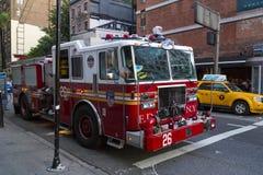 Camión del bombero de New York City parqueado en la calle Fotos de archivo libres de regalías