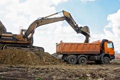 Camión del cargamento del excavador Fotografía de archivo libre de regalías