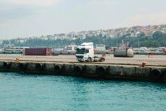 Camión del cargo parqueado en el puerto marítimo Lado asiático de Estambul, Turquía imagen de archivo libre de regalías