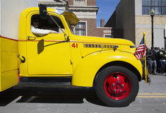Camión del coque del amarillo del vintage, desfile del día de St Patrick, 2014, Boston del sur, Massachusetts, los E.E.U.U. fotografía de archivo libre de regalías