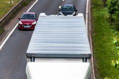 Camión del camión de la caja blanca en la autopista de Reino Unido en la opinión de arriba del movimiento rápido foto de archivo