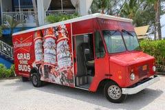 Camión del distribuidor de Budweiser en Gran Caimán Fotos de archivo libres de regalías