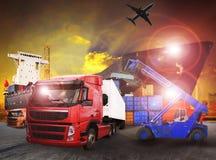 Camión del envase en el uso del puerto de envío para el transporte, logístico y Fotos de archivo libres de regalías