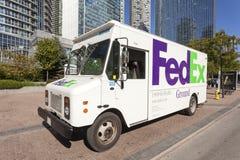 Camión del FedEx Ground en la ciudad de Toronto foto de archivo