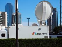 Camión del satélite de noticias del NBC Imágenes de archivo libres de regalías