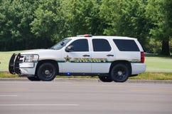 Camión del suv del sheriff con las luces en la conducción Foto de archivo libre de regalías