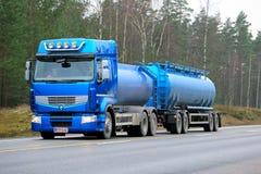 Camión del tanque azul de Renault Premium 460 en el camino Imágenes de archivo libres de regalías