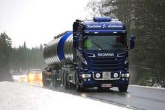 Camión del tanque azul del euro 6 de Scania en tráfico Fotos de archivo