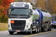 Camión del tanque blanco de Volvo de Ekokem en otoño Imagen de archivo libre de regalías