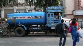 Camión del tanque de agua azul en la calle en Bombay, con el paso de la gente metrajes