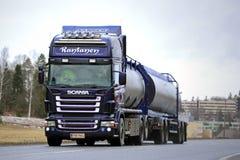 Camión del tanque púrpura de Scania R500 en el camino Imagenes de archivo