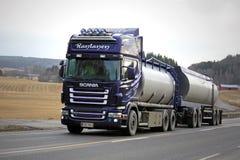 Camión del tanque púrpura de Scania R500 en el camino rural Imagen de archivo libre de regalías