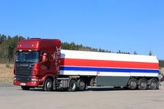 Camión del tanque rojo de Scania R580 semi y cielo azul Imagenes de archivo