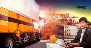 Camión del trabajador y del envase en el puerto de envío, muelle del envase imagen de archivo libre de regalías