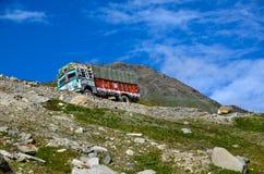Camión en el camino de la montaña Imágenes de archivo libres de regalías