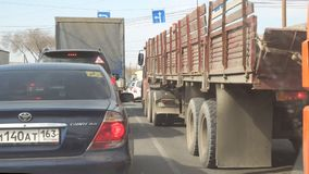 Camión en el tráfico en el camino metrajes