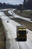 Camión en la autopista asoleada imágenes de archivo libres de regalías
