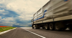 Camión en la carretera sola Imágenes de archivo libres de regalías