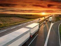 Camión en la falta de definición de movimiento en la carretera Fotos de archivo