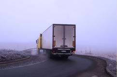 Camión en la niebla Foto de archivo libre de regalías