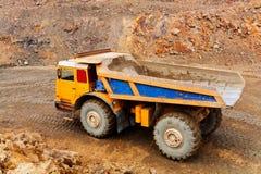 Camión en mina imagenes de archivo
