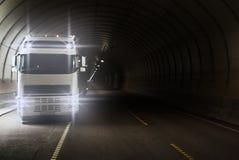 Camión en túnel del largo camino Fotos de archivo