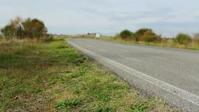 Camión en un camino rural del verano almacen de metraje de vídeo