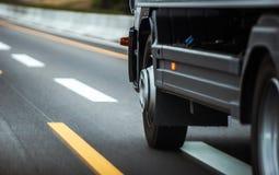 Camión en un primer de la carretera fotografía de archivo
