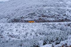 Camión en una escena nevada de la montaña imagenes de archivo