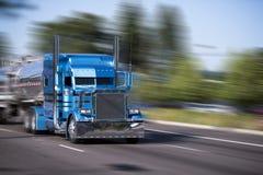 Camión grande azul modificado para requisitos particulares impresionante del aparejo semi con los remolques del tanque imagenes de archivo