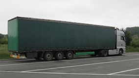 Camión grande en un estacionamiento Fotografía de archivo