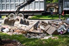 Camión grande que coge basura y la ruina fuera de la vecindad de Houston imágenes de archivo libres de regalías