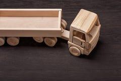 Camión, juguete de la madera, en fondo oscuro Fotos de archivo libres de regalías