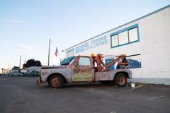 Camión marrón decorativo con el 'mater de la remolque 'en él imagenes de archivo